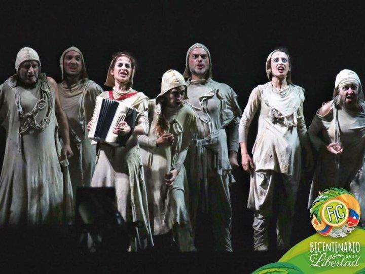 El público del Teatro Madonado de Tunja brinda una calurosa despedida a la compañía Atalaya